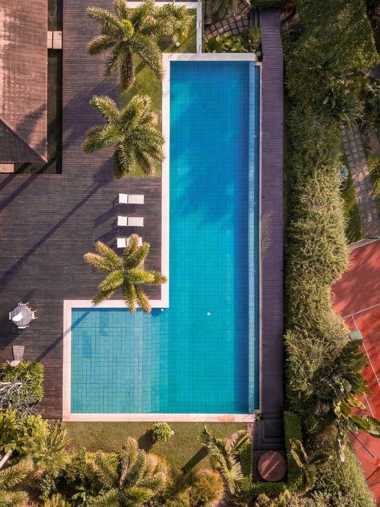 Vista aérea piscina en urbanización